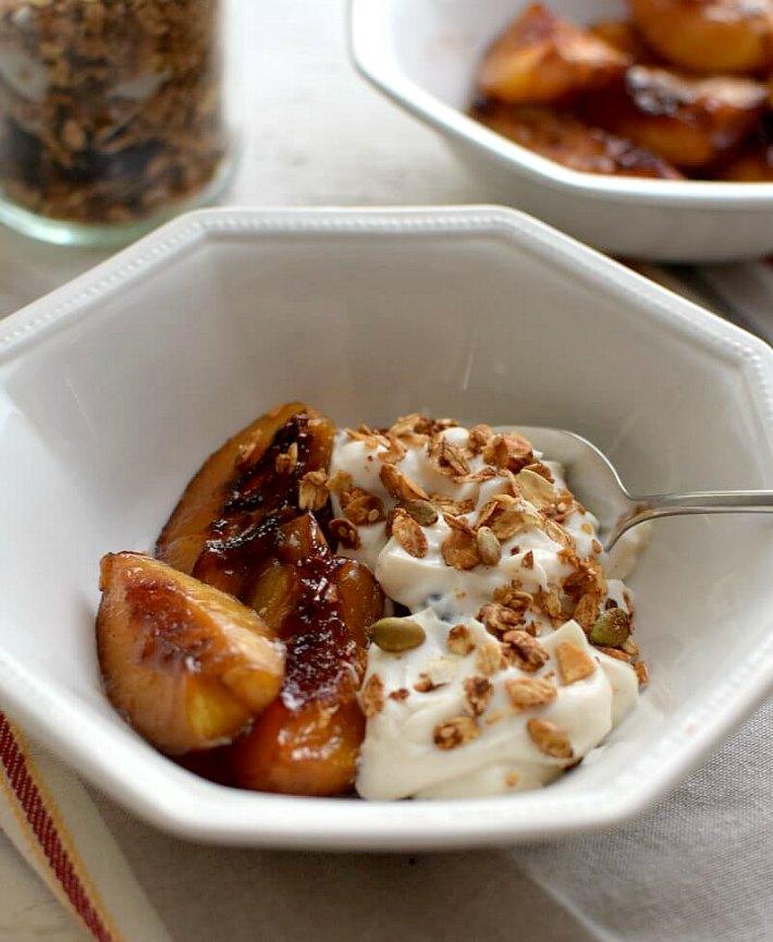 Nectarinas con yogurt y granola servidos en un bowl