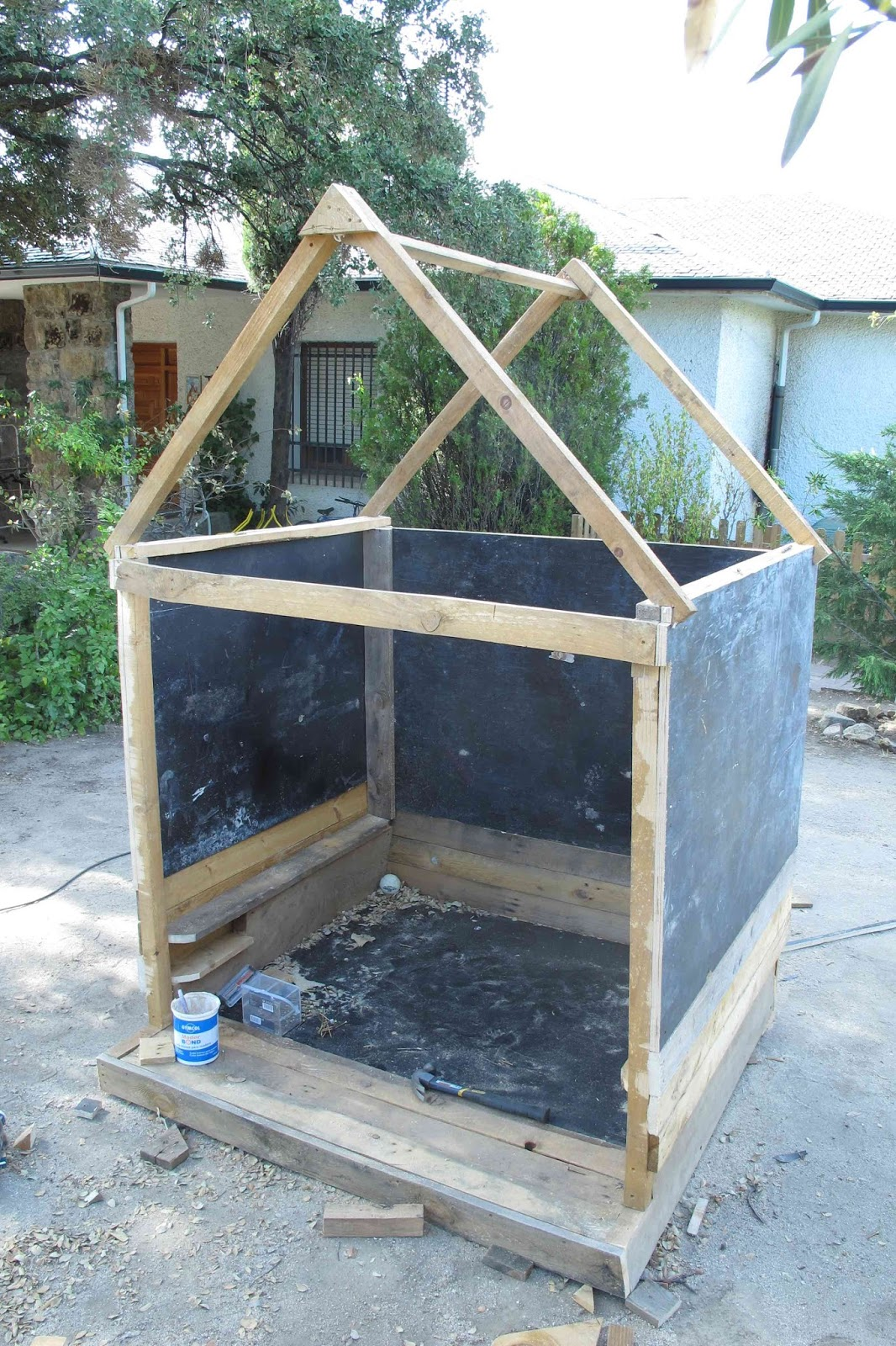 Supermanitas c mo hacer casita pizarra de jard n con maderas recicladas for Casita madera jardin