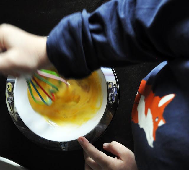 Un plato de cars hondo, y un batidor de colores para revolver el huevo
