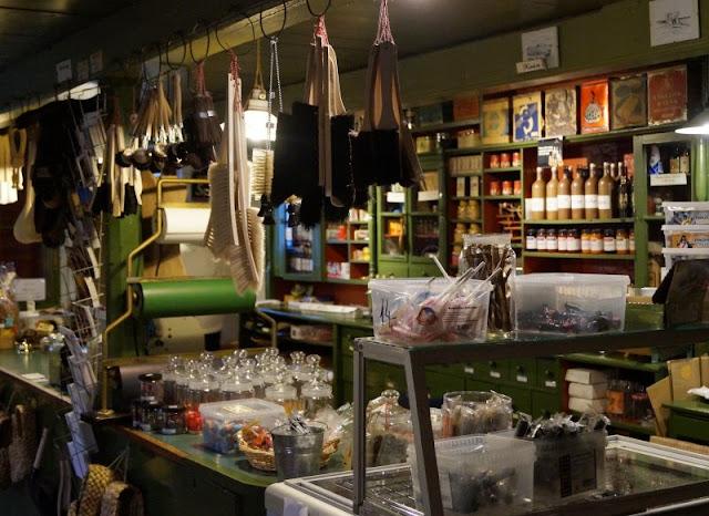 7 Ausflüge für Familien in Nord-Dänemark, die komplett kostenlos sind. Der historische Kaufmannsladen in Tornby macht der ganzen Familie Spaß und kostet keinen Eintritt, und natürlich ist auch der Besuch der Klitplantage frei.