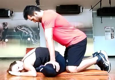 Ejercicio avanzado en parejas para estirar los músculos aductores de las piernas