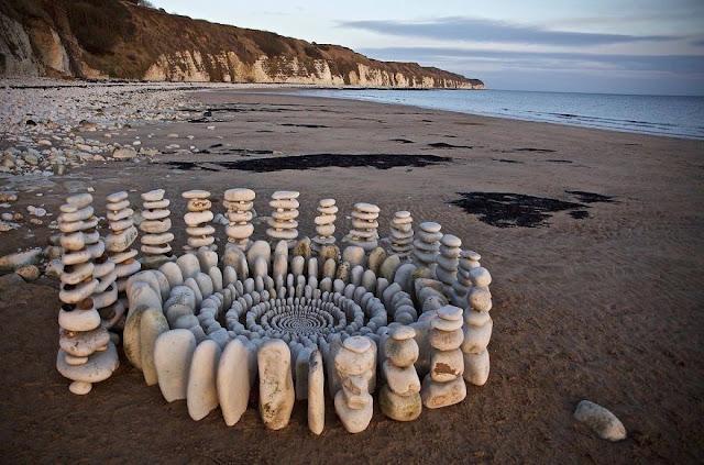 الصخور بشكل آخر على شاطئ البحر