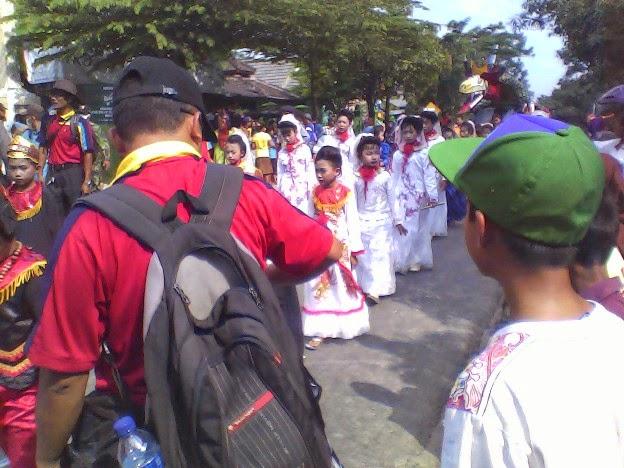 kostum putih SDN Lajukidul 2 Karnaval Singgahan Tuban