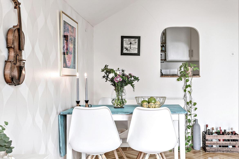 salon estilo nordico decoracion nordica, violín, mesa ikea, sillas, silla eames, centro de mesa, flores,