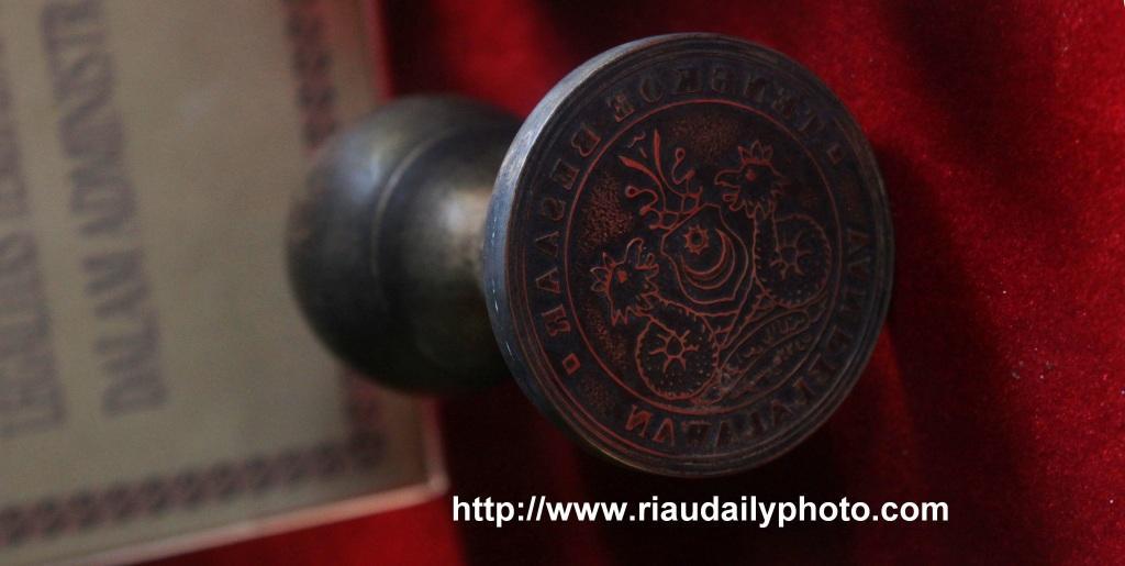 Stempel Kerajaan yang menjadi koleksi Museum Riau. sumber: riaudailyphoto.com