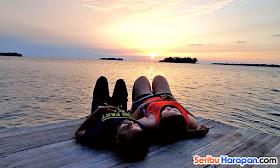 menikmati sunset di wisata pulau harapan
