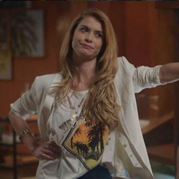 Diana (Aline Moraes) blazer branco em Rock Story