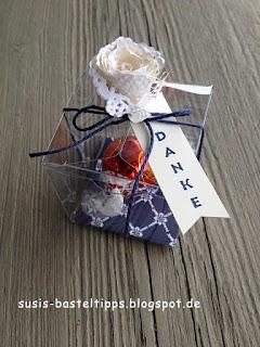 stampin Up transparente mini geschenkschachtel mit kordel in Marineblau, Designerpapier blumenboutique und anhänger genial vertikal, gefüllt mit einer Lindt Kugel