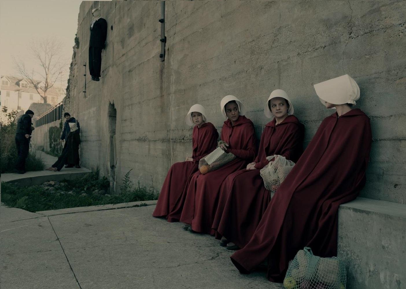 Las criadas de The Handmaid's Tale se reúnen en el muro
