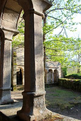 Claustro renacentista del monasterio de Sta. Cristina de Ribas del Sil en la Ribera Sacra, Orense