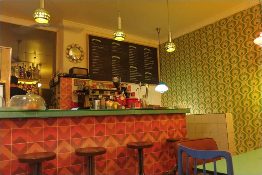 Como o nome já diz, vintage que doí. Esse charmoso café com ares anos 50  enlouquece as amantes de decoração como eu. O papel de parede, o radinho no  balcão, ... 9c1db68942