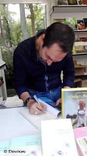 Fernando J. López firmando en la FLM 2017