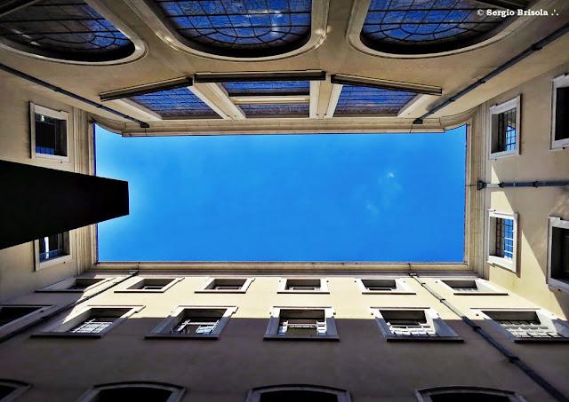 Perspectiva inferior e central do átrio lateral da Faculdade de Direito da USP -  Centro - São Paulo