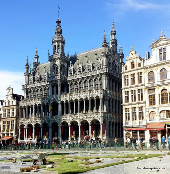 Montagem do tapete de flores na Grand Place, em Bruxelas