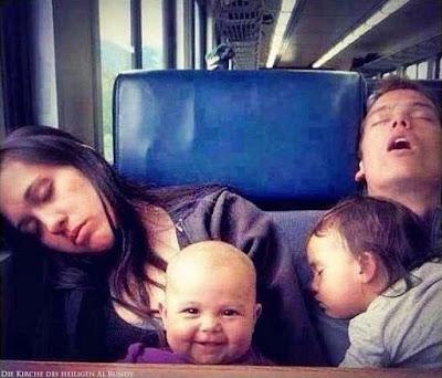 Lustige schlafende Familie im Zug - Baby lacht - Echt witziges Bild