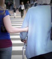 Yaşlı bir teyzenin koluna girip yolun karşısına geçiren bir genç kızın yaptığı iyilik
