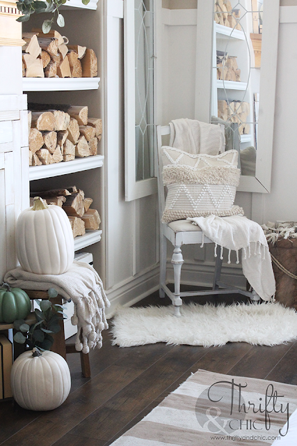 Farmhouse fall decor and decorating ideas. Pastel fall decor. How to decorate for fall. Neutral fall decorating ideas. Fall living room decor and decorating ideas. Farmhouse fall living room