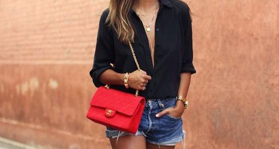 Imagem ilustrativa: camisa preta, calçoes de ganga e mala chanel vermelha
