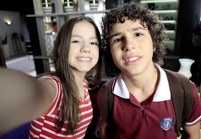 Filipa tenta tirar uma selfie para se aproximar de João. Foto: Lourival Ribeiro / Gabriel Cardoso/ SBT