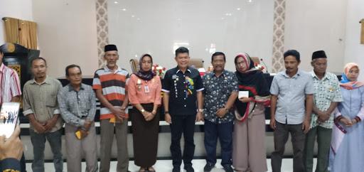 Pj Bupati Bone Serahkan Bantuan Perbaikan Rumah Kepada Ratusan KK di Bone