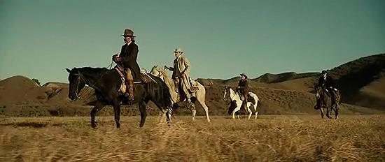 Fotograma de Bone Tomahawk cabalgando por las praderas