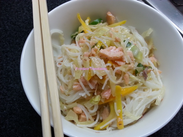 Rice noodles salad with salmon and vegetables - Vermicelli di riso con salmone e verdure