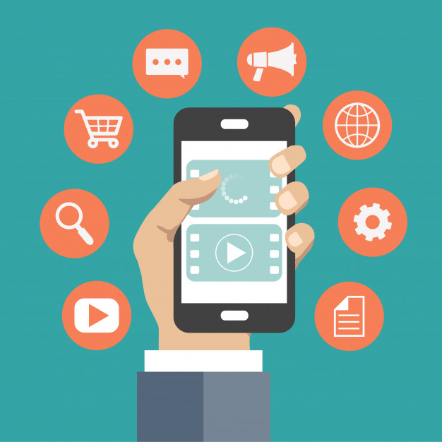 صورة توضح : شخص يحمل هاتف بيده يظهر عليه بعض تطبيقات المراسلة والعديد من الخدمات عبر الانترنت