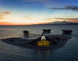 Salah satu penginapan terapung pulau cinta