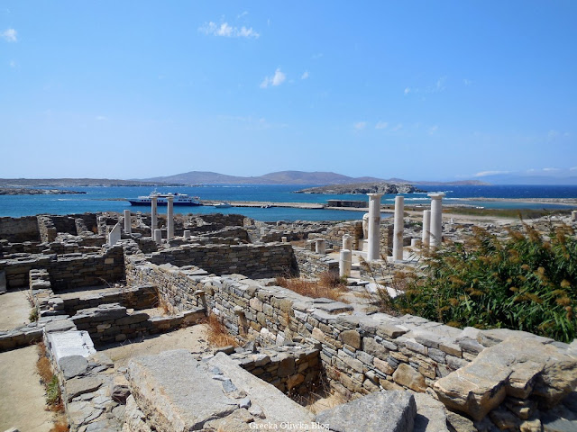 widok na Dom Kleopatry i Dioskuredesa w oddali zcumowany statek w porcie Delos Cyklady Grecja