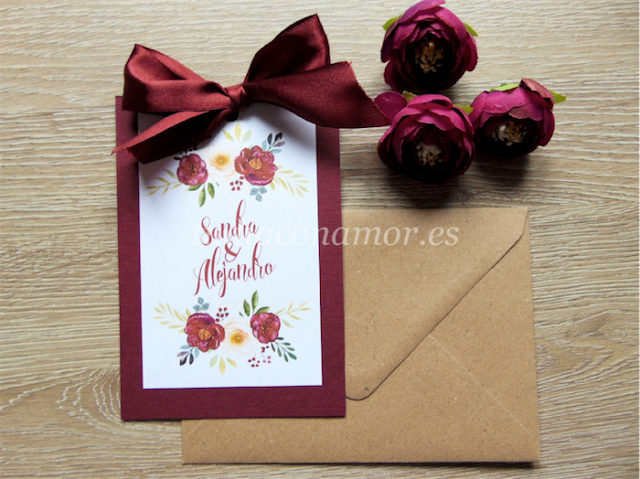 Un diseño de estilo vintage con flores pintadas en acuarela de color burdeos y lazo a conjunto