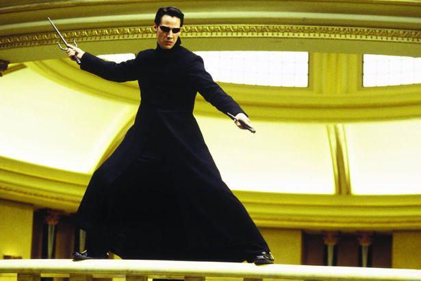 En la película 'The Matrix', Neo (en la imagen), aprende una serie de habilidades de kung-fu las cuales fueron 'subidas' directamente a su cerebro.
