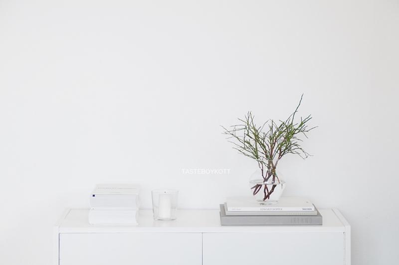 Heidelbeerzweige als Deko im Januar, zwischen Winter und Frühling. Skandinavisch schlicht modern dekorieren und wohnen. Tasteboykott.