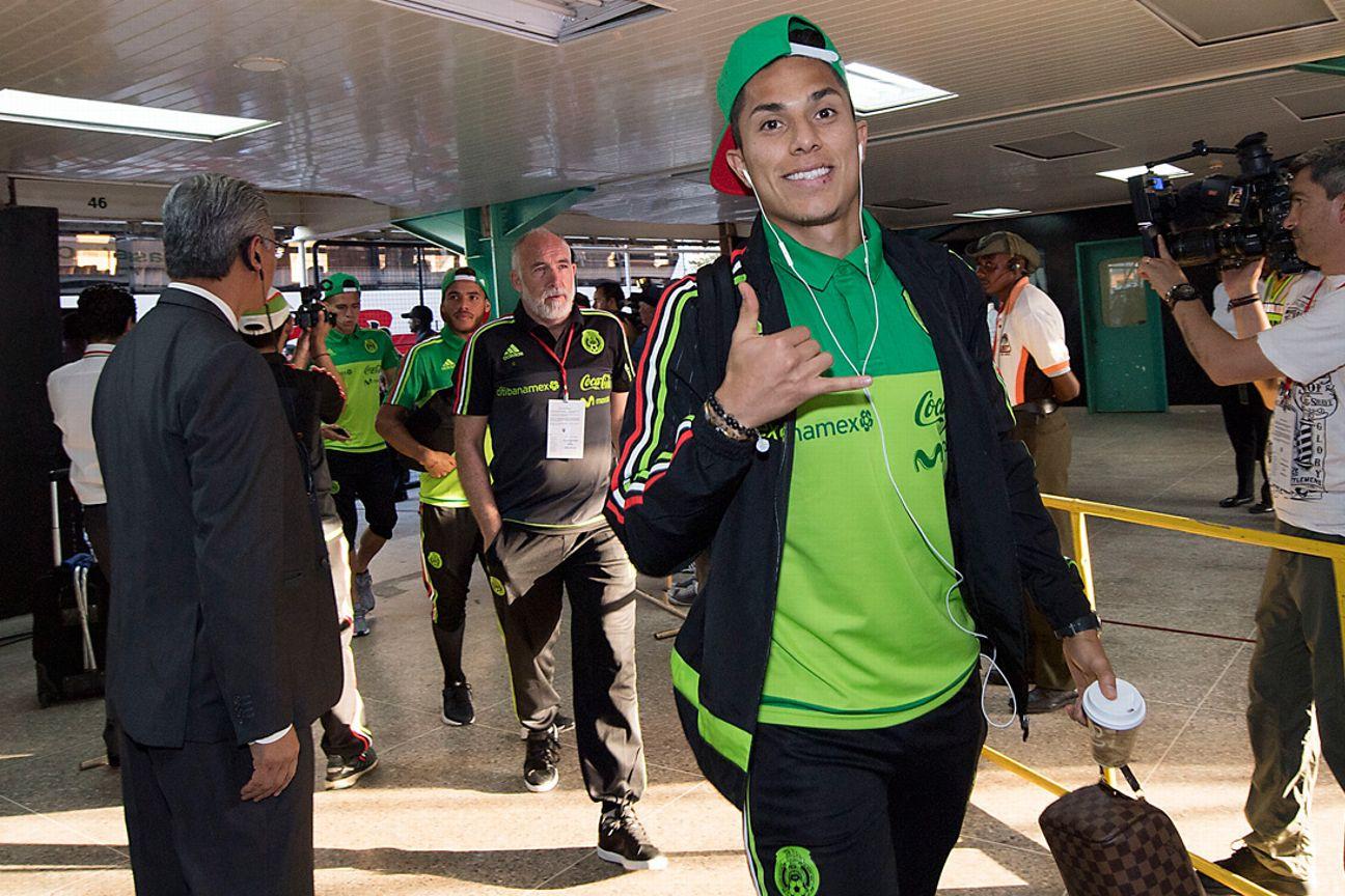 Carlos Salcedo con la Selección de México.