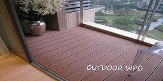 Lantai balkon rumah yang dilapisi dengan WPC merek SolideFlex