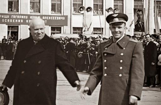 Gagarin e Chruščёv a Mosca, 19 di aprile del 1961: l'URSS festeggia il suo cosmonauta.