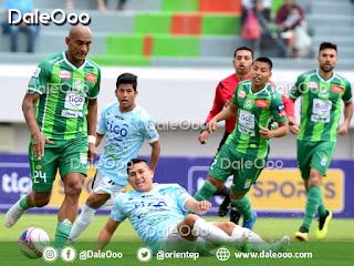 Jorge Paredes disputa el balon ante la mirada de Alexis Ribera y Danny Bejarano en el empate de Oriente Petrolero con Aurora en Cochabamba - DaleOoo