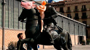 El caballo de Franco, con cabeza de cerdo y muñeca hinchable