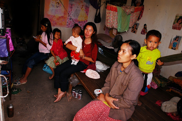 Ouvrières du textile au Cambodge vivant à plusieurs dans une chambre avec leurs enfants. Photographie ILO (CC)