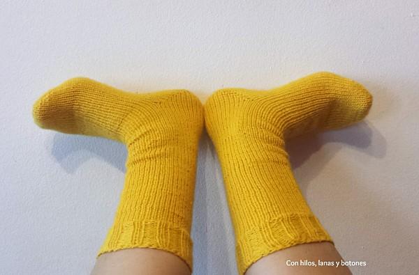 Con hilos, lanas y botones: calcetines amarillos (toe-up socks)