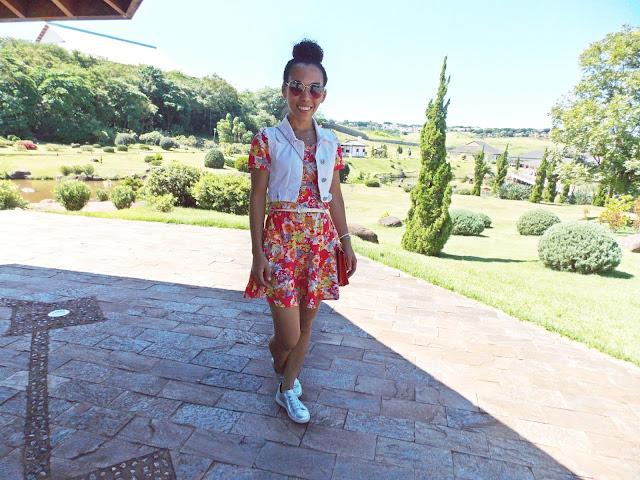 vestido de verão, look de verão, vestido vermelho, look dia-a-dia, colete jeans branco, tênis prata, vestido e tênis, bolsa pequena, bolsa vermelha, bolsa transversal