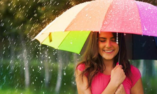 बारिश के मौसम में हल्का मेकअप करें