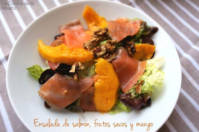 Ensalada salmon frutos secos mango.