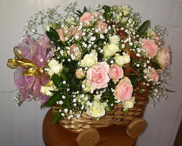 Cestas com rosas ou flores naturais
