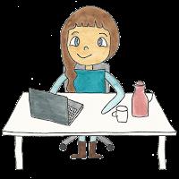 Frau mit Laptop am Schreibtisch