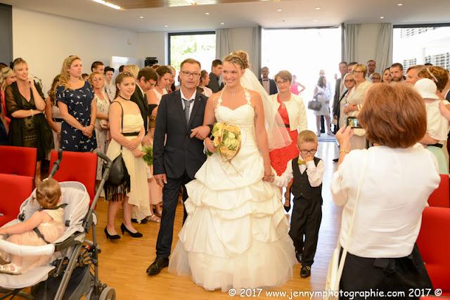 arrivée de la mariée dans la mairie avec son papa