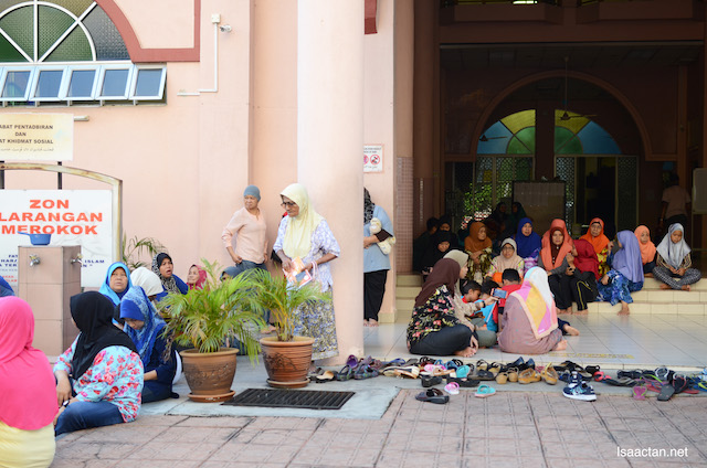 The community waiting for the Iftar packs distribution at the mosque