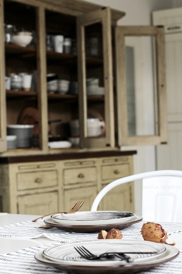 Kücheneinrichtung in Schwarz Weiß Holz mit leichten New Boho Elementen