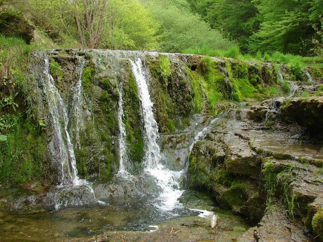 Двухметровый водопад в нижней части урочища Окунь