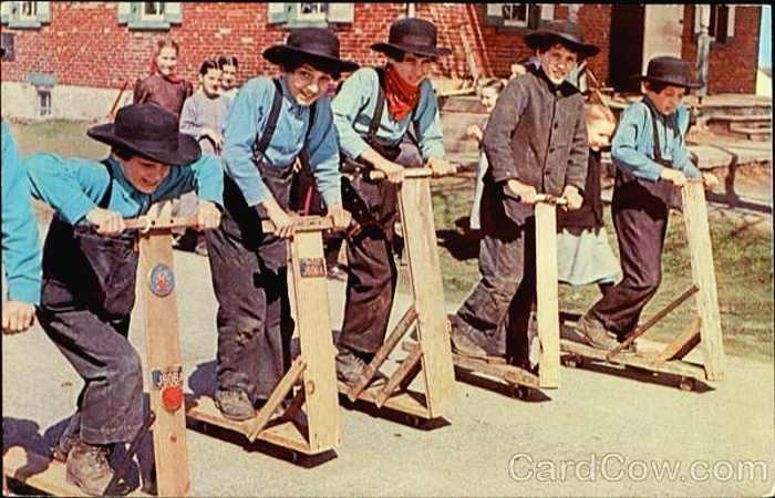 adolescents de la communauté Amish prets pour une course de trottinettes