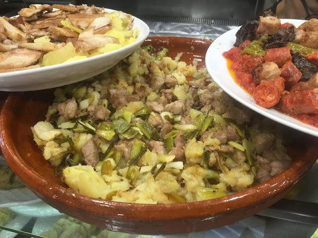 Lomo con ajos tiernos y patatas a lo pobre